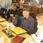 06 - Bauernlümmel - voller Tisch mit vielen Radiergummis